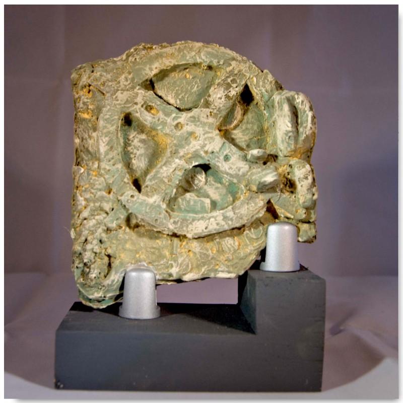 Mecanismo de Anticitera con peana de madera